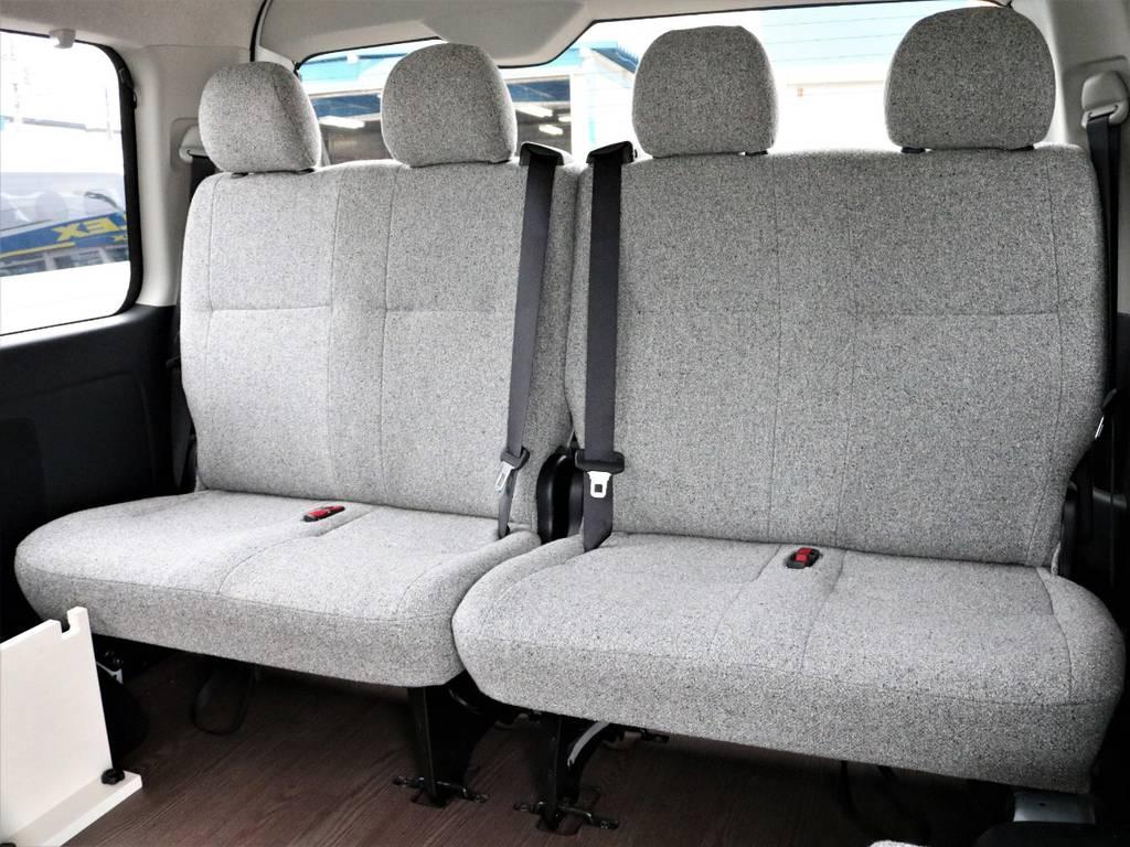 4列目シートは純正シートを採用!跳ね上げて荷物をたくさん積むことも出来ますよ! | トヨタ ハイエース 2.7 GL ロング ミドルルーフ 4WD ROOMCAR02