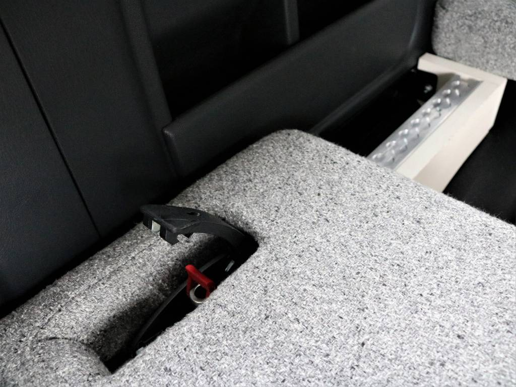 シートをスライドさせてるのもとても簡単です!   トヨタ ハイエース 2.7 GL ロング ミドルルーフ 4WD ROOMCAR02