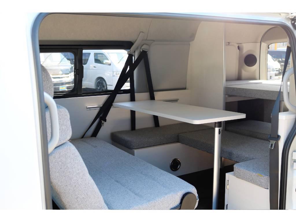 サイドテーブル付きでリビングルームの様な居心地の良さを実現♪ | トヨタ ハイエース 2.7 GL ロング ミドルルーフ 4WD ROOM CAR01