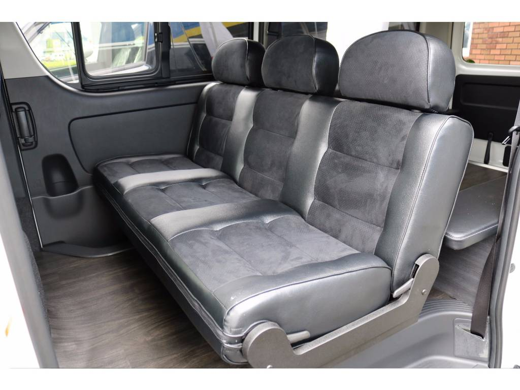 セカンドシートのはセフレシートを搭載♪ダークプライム特別仕様に合わせたハーフレザーです♪ | トヨタ ハイエースバン 3.0 スーパーGL ダークプライム ロングボディ ディーゼルターボ 4WD Ver8 小窓付