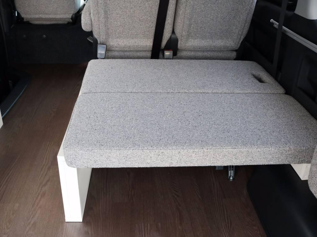 後ろ向き座席、シートベルト付きです!