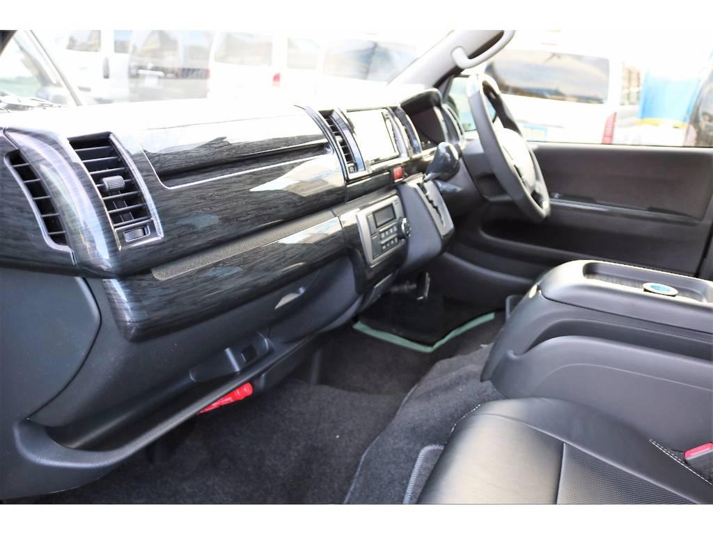室内は黒木目調インテリアパネルキットでシックにまとめました!商用車とは思えない上質な仕上がりです! | トヨタ ハイエースバン 2.0 スーパーGL ロング ver.4 STD