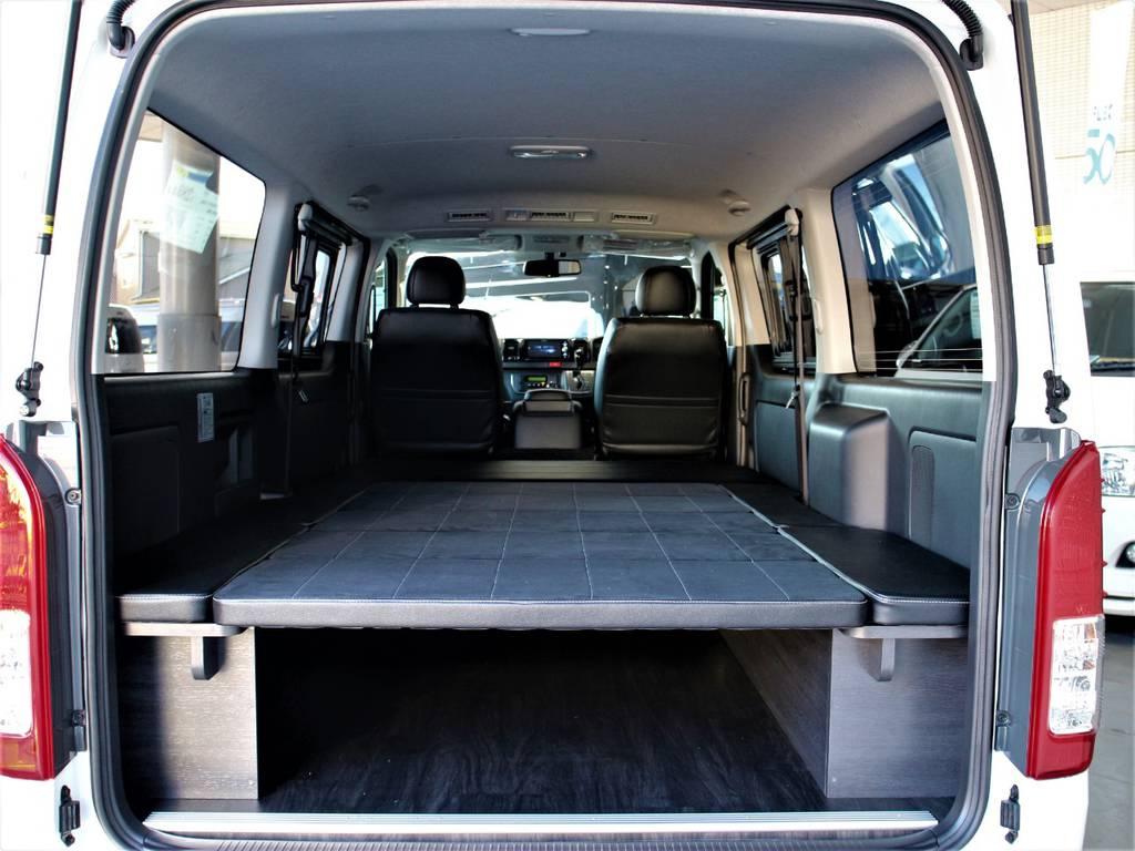 フルフラットになるので、車中泊することもできます♪ | トヨタ ハイエースバン 3.0 スーパーGL ダークプライム ロングボディ ディーゼルターボ 4WD バージョン8内装架装