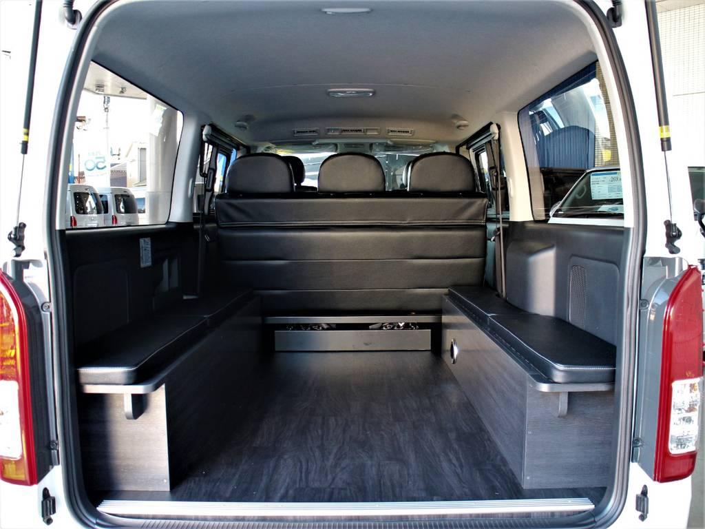 ベッドキットを片付ければ荷室スペースとしても! | トヨタ ハイエースバン 3.0 スーパーGL ダークプライム ロングボディ ディーゼルターボ 4WD バージョン8内装架装