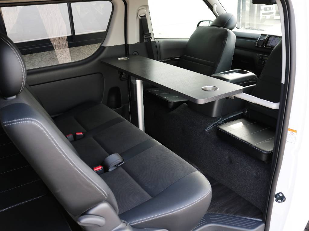 折り畳み式テーブル&対座用黒革調座面マット完備! | トヨタ ハイエースバン 2.0 スーパーGL ロング ダークP TSS付Ver4D/P