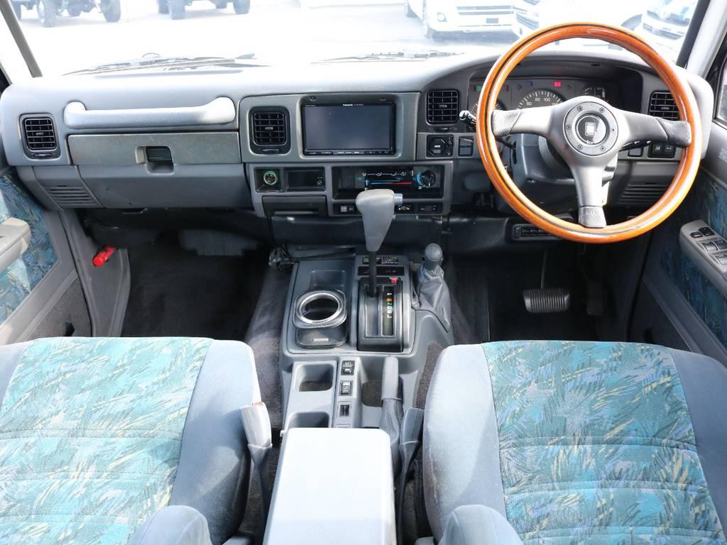 広々したインパネに大きなFガラスで運転視界もグッド!   トヨタ ランドクルーザープラド 3.0 SX ディーゼルターボ 4WD
