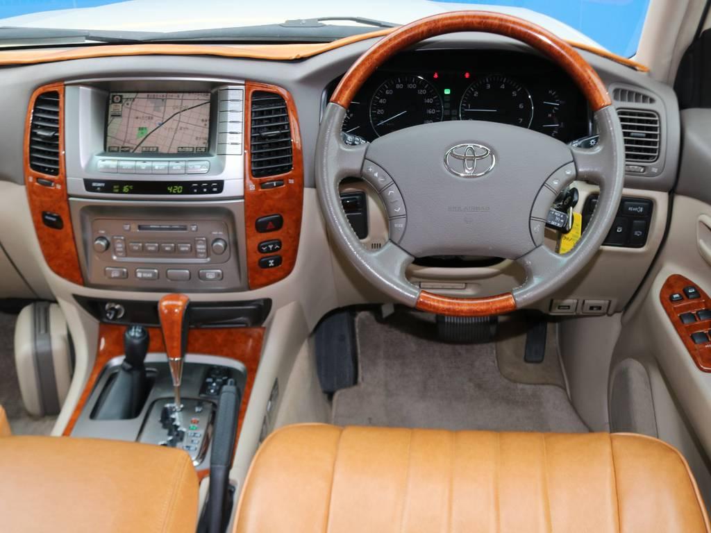 ウッド調のステアリングとパネル類がベージュ内装と相まって高級感のある落ち着いたコクピットを演出してます!   トヨタ ランドクルーザー100 4.7 VXリミテッド Gセレクション 4WD
