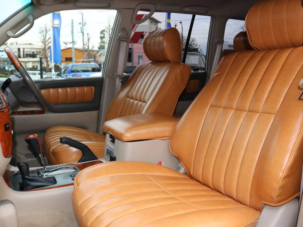 シートカバーはFLEXオリジナル高級レザー調!ステッチや風合いが古いアメ車のようです!ドアの内張やセンターコンソール部分も隙なく張り替えております。   トヨタ ランドクルーザー100 4.7 VXリミテッド Gセレクション 4WD