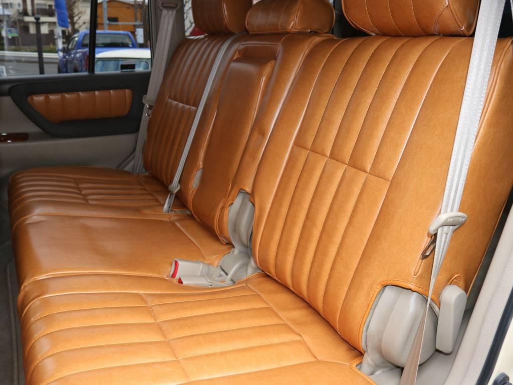 リアシートもフィッティングぴったりの出来です。広々とした座り心地の良いシートは遠出もなんのその!お子様もスヤスヤです!   トヨタ ランドクルーザー100 4.7 VXリミテッド Gセレクション 4WD