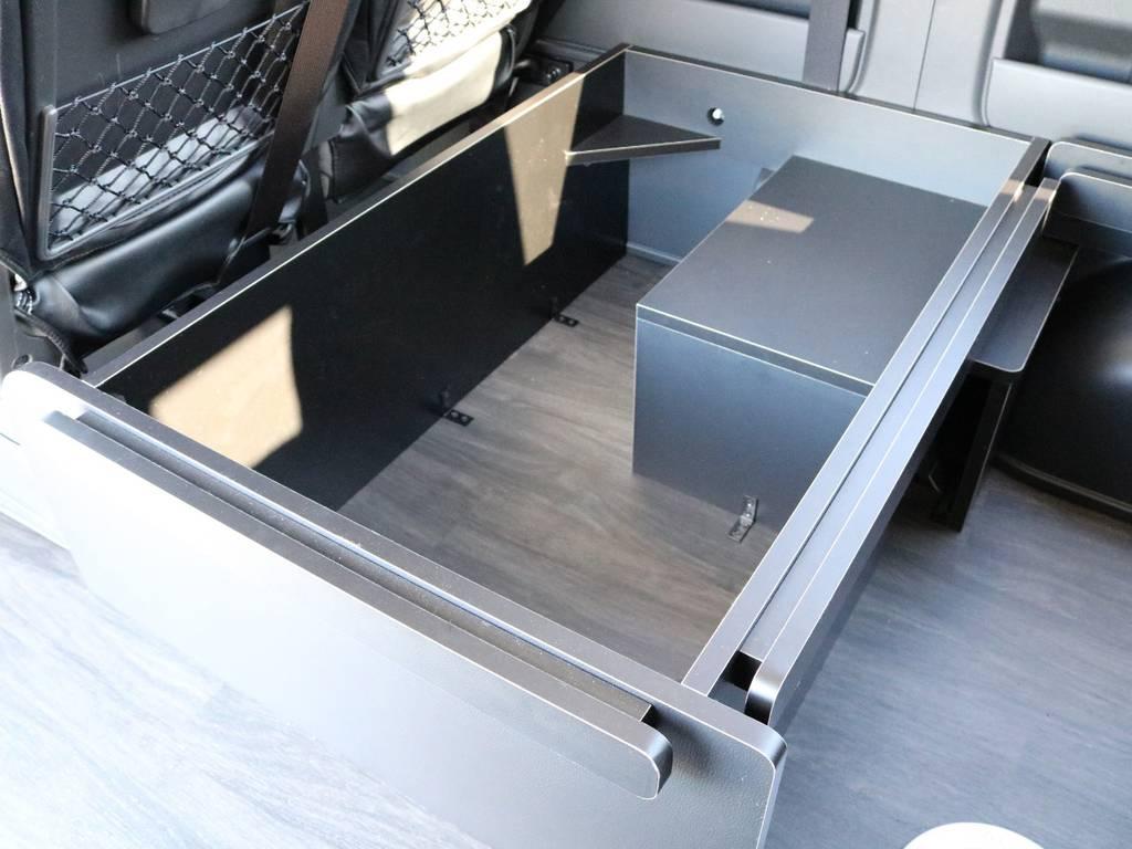 後ろ向きサードシートの下は大きな小物入れとしてもお使い頂けます!
