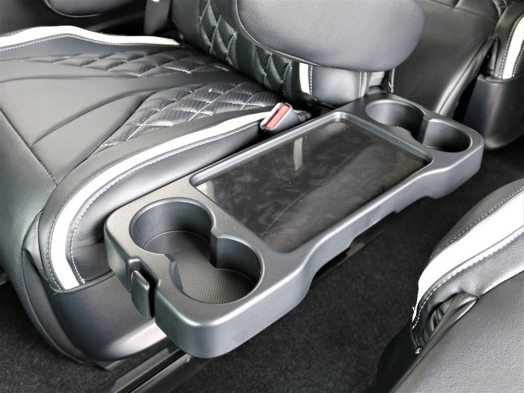 運転席側2ndシートには折り畳み式テーブルが付いております!