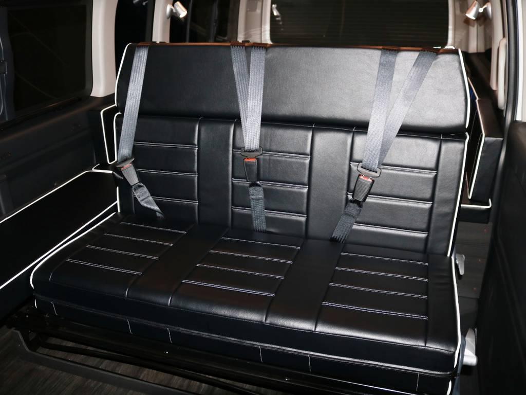 2列目は3人掛けファスプシート♪フルフラット展開・後ろ向き展開・スライドが可能なシートとなっております!