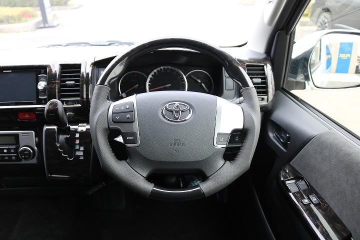 マホガニー調コンビハンドル&シフトノブ付で高級感を演出 | トヨタ ハイエース 2.7 GL ロング ミドルルーフ 4WD TSS付 R-1