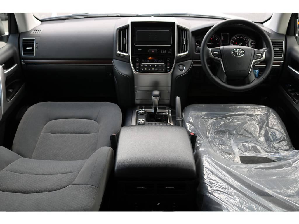広々したインパネに大きなFガラスで運転視界もグッド! | トヨタ ランドクルーザー200 4.6 AX 4WD 新車未登録車 2インチUP
