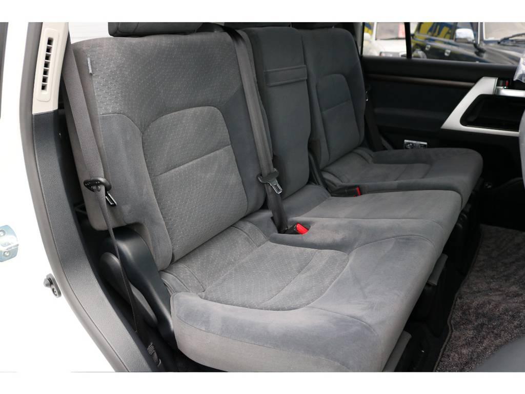 広々したセカンドシート!チャイルドシートもシートベルト固定はもちろんのことISOFIXにも対応! | トヨタ ランドクルーザー200 4.6 AX 4WD 新車未登録車 2インチUP