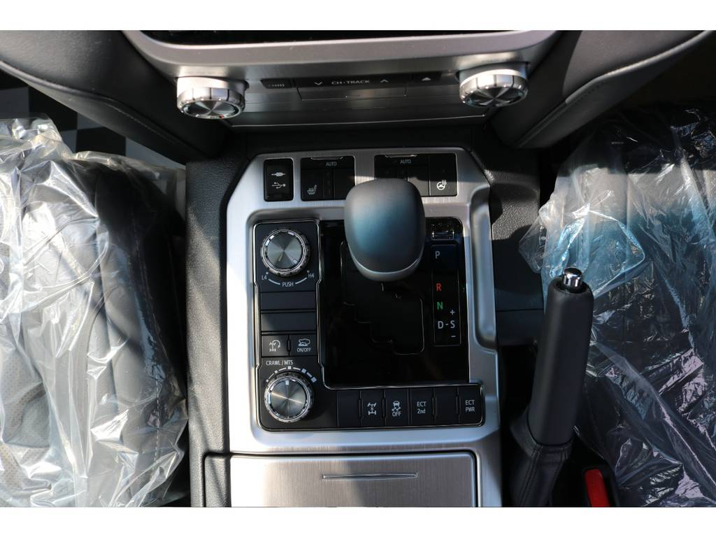 シートヒーターやステアリングヒーターも付いて至れり尽くせりの装備です!   トヨタ ランドクルーザー200 4.6 AX Gセレクション 4WD 新車未登録車 24インチAW