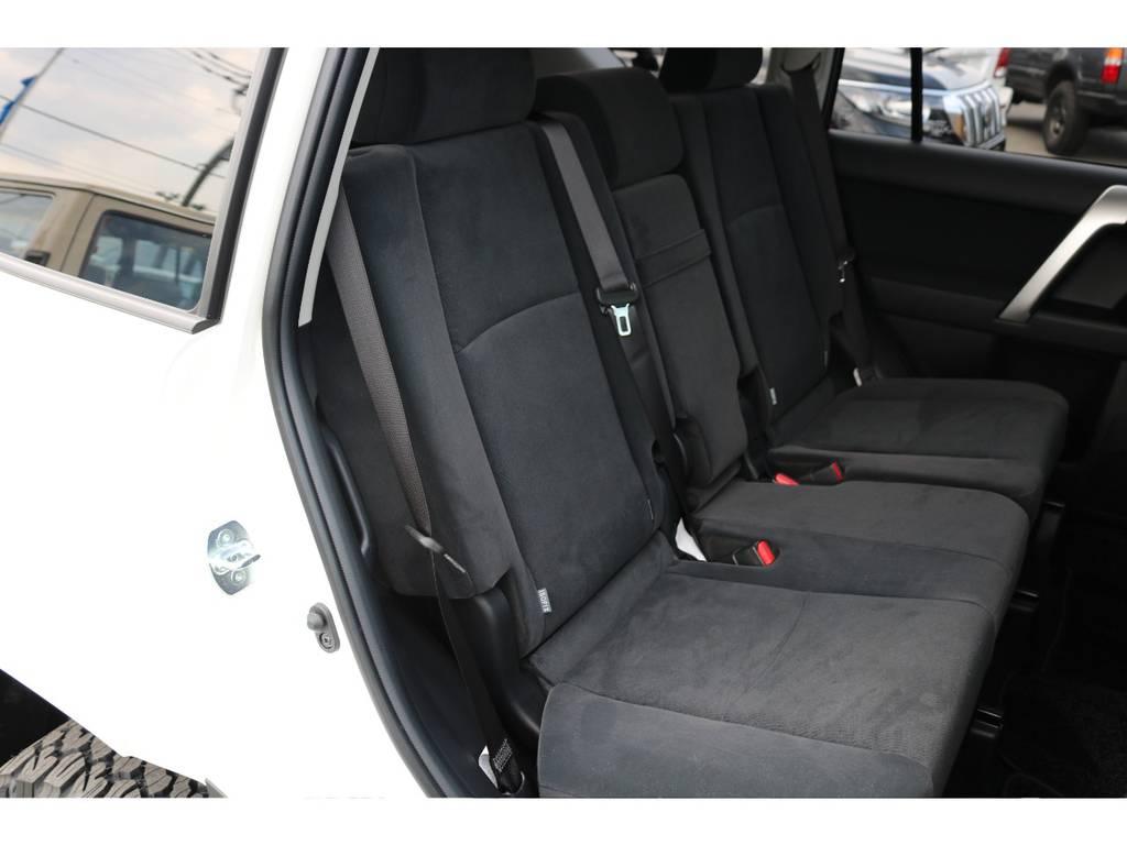 広々したセカンドシート!チャイルドシートもシートベルト固定はもちろんのことISOFIXにも対応! | トヨタ ランドクルーザープラド 2.7 TX 4WD 7人 新車未登録車 20インチAW