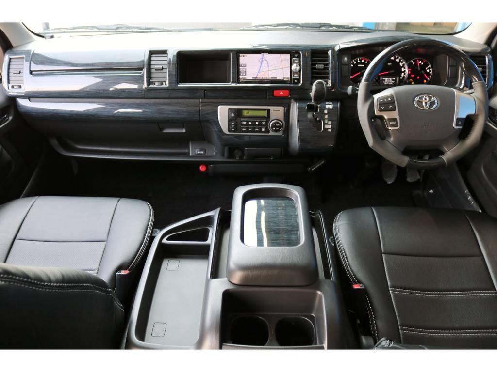 高級感のある黒木目インテリアパネル&コンビステアリング&シフトノブの3点SETも装着! | トヨタ ハイエース 2.7 GL ロング ミドルルーフ 4WD TSS付ナビパッケージ