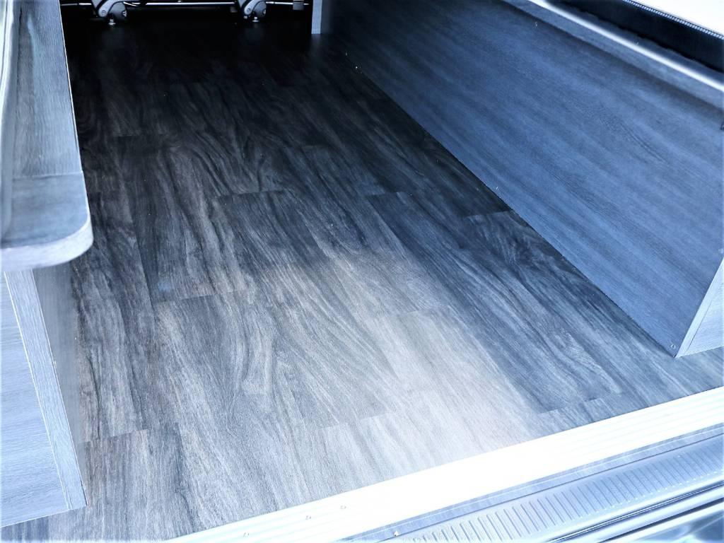 黒木目調重歩行フロア施工は高級感が上がるだけでなく、お手入れもしやすくなっております!   トヨタ ハイエースバン 2.0 スーパーGL ダークプライムⅡ ロングボディ D/PⅡ小窓付き