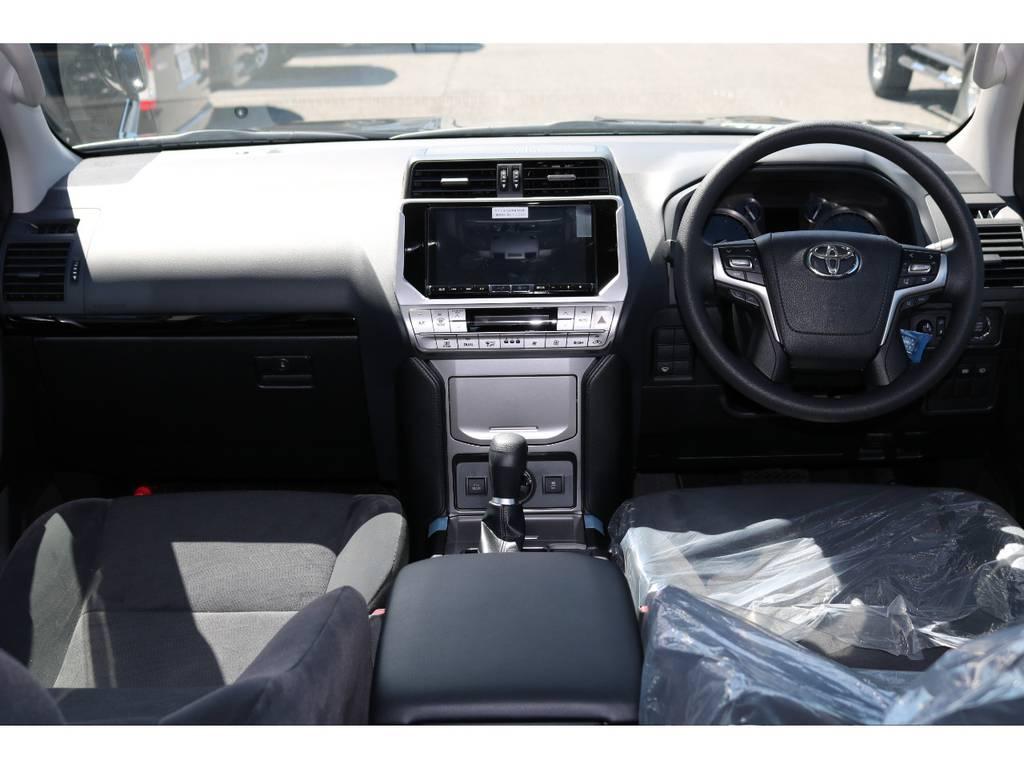 広々したインパネに大きなFガラスで運転視界もグッド! | トヨタ ランドクルーザープラド 2.7 TX 4WD 7人 新車未登録車 9インチナビ