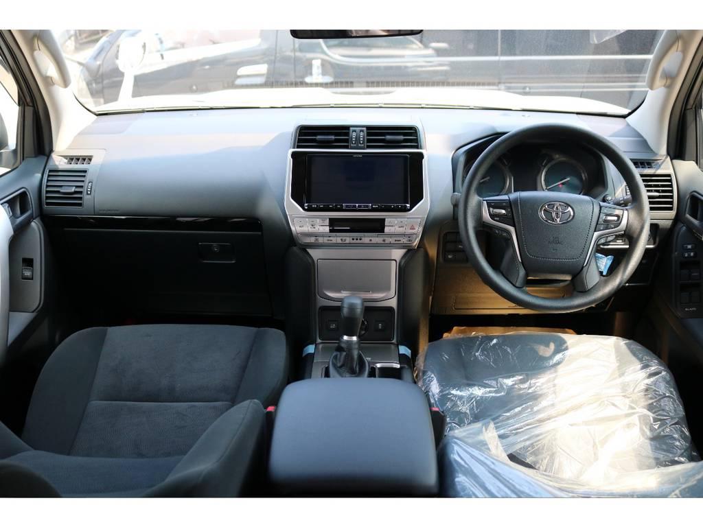 広々したインパネに大きなFガラスで運転視界もグッド!   トヨタ ランドクルーザープラド 2.7 TX 4WD 5人 新車未登録車 9インチナビ