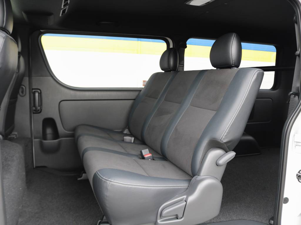 シートは可倒式でさらに荷物スペースを広げられますよ♪ | トヨタ ハイエースバン 2.8 スーパーGL ダークプライムⅡ ロングボディ ディーゼルターボ 4WD 床張りライトカスタムパッケージ