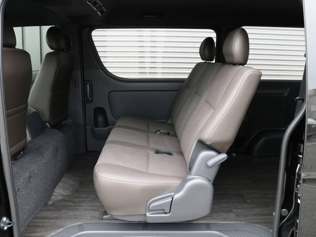 セカンドシートもダークブラウンカラー!3人掛けベンチシートタイプ♪ | トヨタ ハイエースバン 2.0 スーパーGL 50TH アニバーサリー リミテッド ロングボディ 床張りライトカスタムPKG