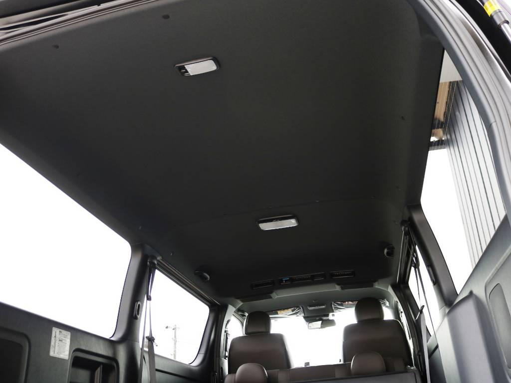 天井やピラーなど、インテリアのカラーが標準でブラックとなっており、車内に高級感がございます♪ | トヨタ ハイエースバン 2.0 スーパーGL 50TH アニバーサリー リミテッド ロングボディ 床張りライトカスタムPKG