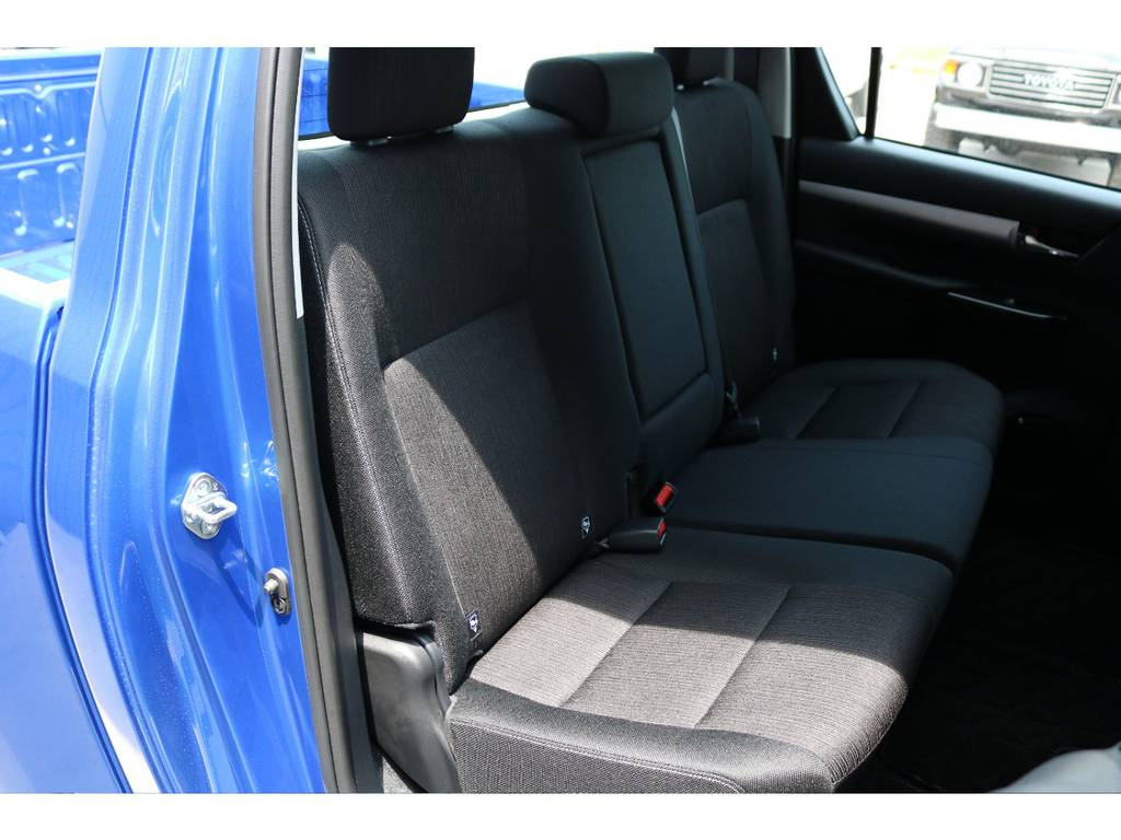 セカンドシートも座りやすいファブリックシート!チャイルドシートもシートベルト固定はもちろんのことISOFIXにも対応! | トヨタ ハイラックス 2.4 Z ディーゼルターボ 4WD Z 新車未登録車 11インチナビ