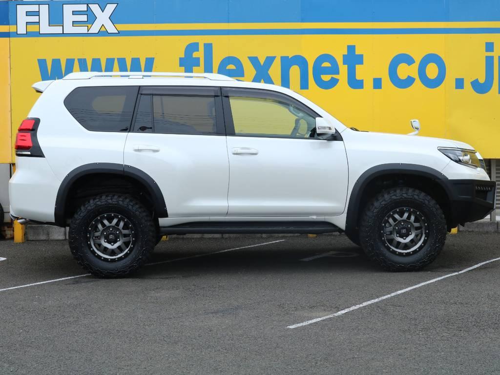 パールホワイトのボディにマットブラックのオーバーフェンダーが映えるサイドビュー★リフトアップにKMC XD128 17インチAWで4WDらしいワイルドな印象になっています! | トヨタ ランドクルーザープラド 2.8 TX ディーゼルターボ 4WD 5人 CLIMATE BODYキット