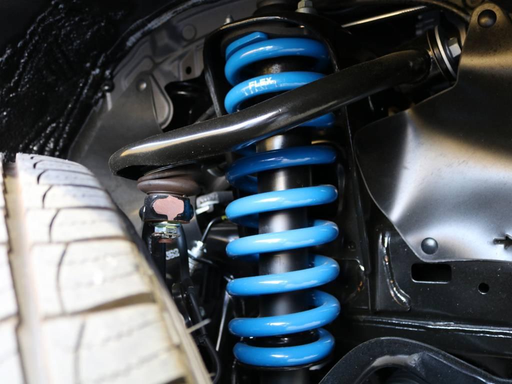 FLEXオリジナル新品コイルにて2インチリフトUPしました♪ホワイト×ブラックの車体にブルーがワンポイントとなっています★ | トヨタ ランドクルーザープラド 2.8 TX ディーゼルターボ 4WD 5人 CLIMATE BODYキット