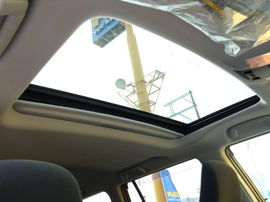 メーカーオプションのサンルーフも装備済み♪チルトアップ・スライド開閉と2段階操作可能です!光や空気の取り込みなど実用的装備でドライブが楽しくなるアイテムです★ | トヨタ ランドクルーザープラド 2.8 TX ディーゼルターボ 4WD 5人 CLIMATE BODYキット