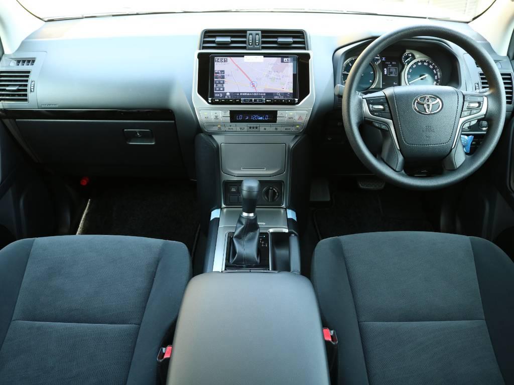 ブラック×シルバーを基調としたインテリアはALPINE製9インチナビを装着★Toyota Safety Sense Pやサンルーフなどの安全&快適装備も充実なのでロングドライブも苦になりませんよ♪ | トヨタ ランドクルーザープラド 2.8 TX ディーゼルターボ 4WD 5人 CLIMATE BODYキット