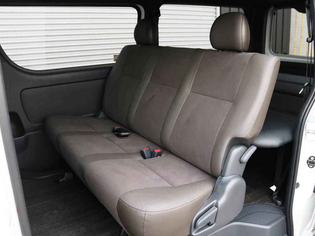 セカンドシートもダークブラウンカラー!3人掛けベンチシートタイプ♪ | トヨタ ハイエースバン 2.8 スーパーGL 50TH アニバーサリー リミテッド ロングボディ ディーゼルターボ 床貼り ライトカスタムPKG