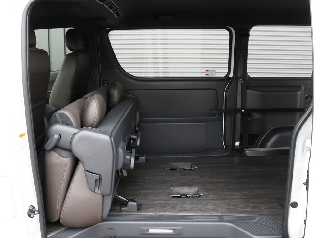 セカンドシートは跳ね上げ収納が可能です♪ | トヨタ ハイエースバン 2.8 スーパーGL 50TH アニバーサリー リミテッド ロングボディ ディーゼルターボ 床貼り ライトカスタムPKG