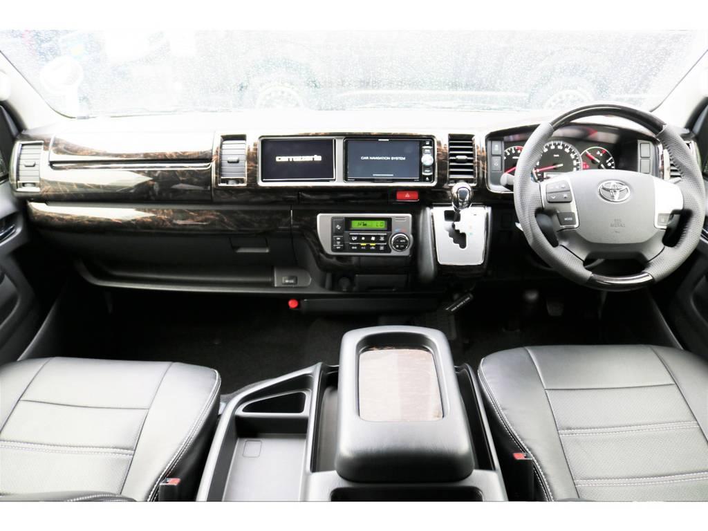 マホガニー調インテリアパネル、シフトノブ、ハンドルカスタムです!高級感があってお洒落な運転席です♪