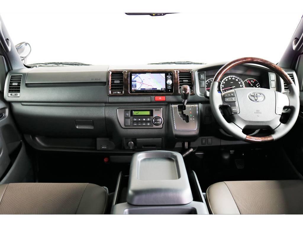 専用インテリアのブラウン調! | トヨタ ハイエースバン 2.8 スーパーGL 50TH アニバーサリー リミテッド ロングボディ ディーゼルターボ 4WD 50THフルナビ&ベットPK