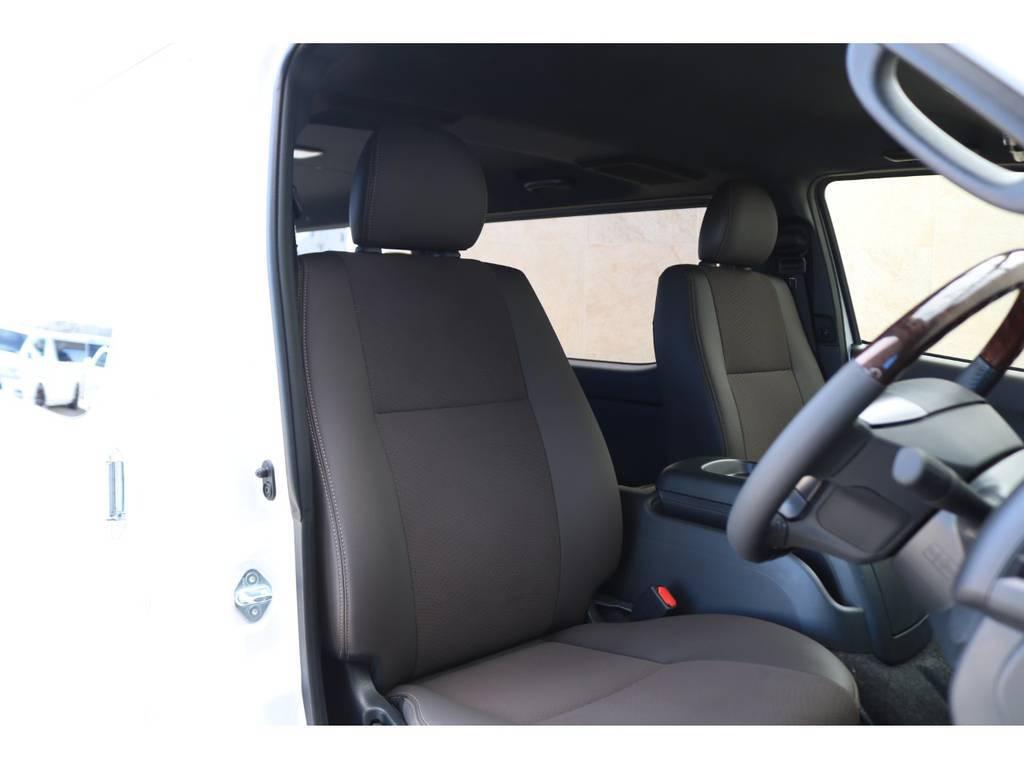 専用インテリアのブラウン調ハーフレザーシート! | トヨタ ハイエースバン 2.8 スーパーGL 50TH アニバーサリー リミテッド ロングボディ ディーゼルターボ 4WD 50THフルナビ&ベットPK