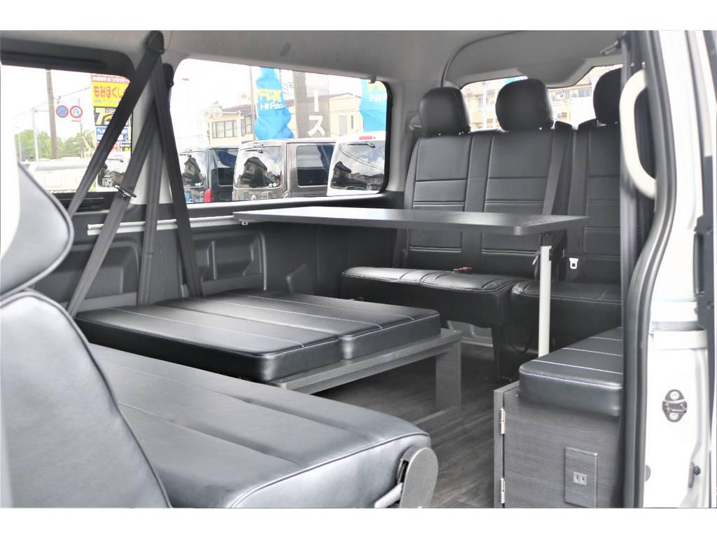 後席はテーブル付きでゆったりとした時間をお過ごし頂けます! | トヨタ ハイエース 2.7 GL ロング ミドルルーフ 4WD TSS付フレックスVer2内装架装