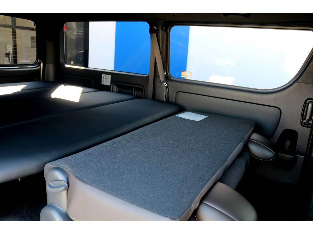 セカンドシートを折りたたむと、ベッドキットとフルフラットに展開が可能です♪寝袋を1つお持込み頂ければ快適な車中泊をお楽しみ頂けます!