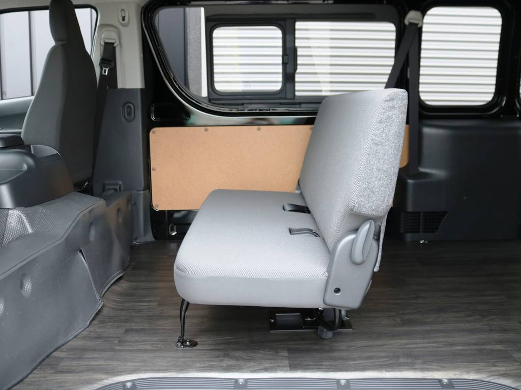 2列目シートは3人掛けベンチシートタイプ! | トヨタ ハイエースバン 2.8 DX ワイド スーパーロング ハイルーフ GLパッケージ ディーゼルターボ 4WD 床張りライトカスタム