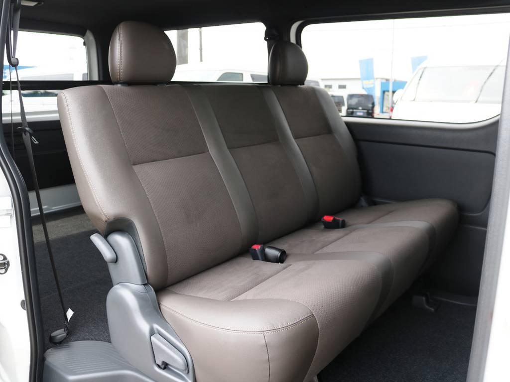 セカンドシートもダークブラウンカラー!3人掛けベンチシートタイプ♪ | トヨタ ハイエースバン 2.0 スーパーGL 50TH アニバーサリー リミテッド ロングボディ ライトカスタムPKG