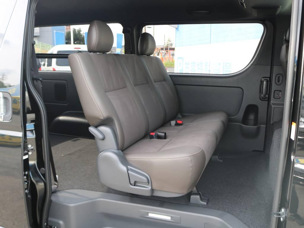 セカンドシートはリクライニング可能な便利なベンチシート! | トヨタ ハイエースバン 2.8 スーパーGL 50TH アニバーサリー リミテッド ロングボディ ディーゼルターボ FLEXカスタム フルセグナビPKG