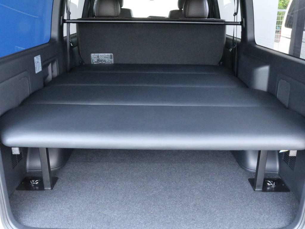 車内の空間が広いハイエースのベッドキットは大人の方でも横になっていただけます♪