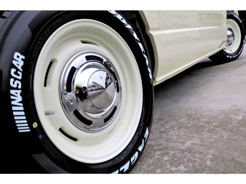 足元にはクロスカントリー 16インチアルミにナスカー ホワイトレタータイヤをチョイス!!