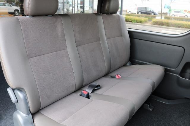 セカンドシートも同様専用シートで左右スライドドアステップにハイエースロゴが入りました