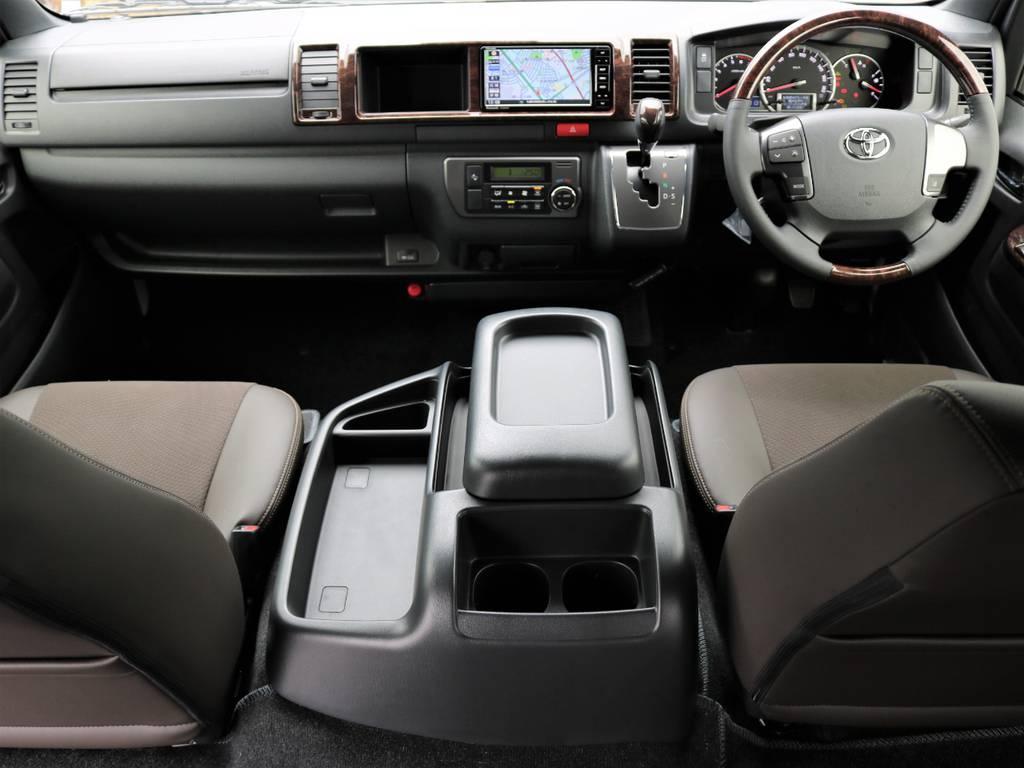 高級感のある運転席助手席!   トヨタ ハイエースバン 2.7 スーパーGL 50THアニバーサリー リミテッド ワイド ミドルルーフ ロングボディ4WD ナビ&ベッドキッドパッケージ