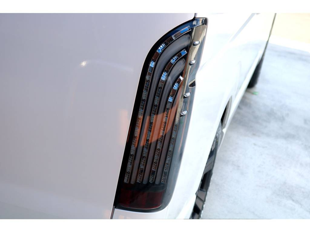 テールはFLEXオリジナル 煌きブラックLEDテールをインストール!!   トヨタ ハイエースバン 2.8 DX ワイド スーパーロング ハイルーフ GLパッケージ ディーゼルターボ 4WD トランポPKG