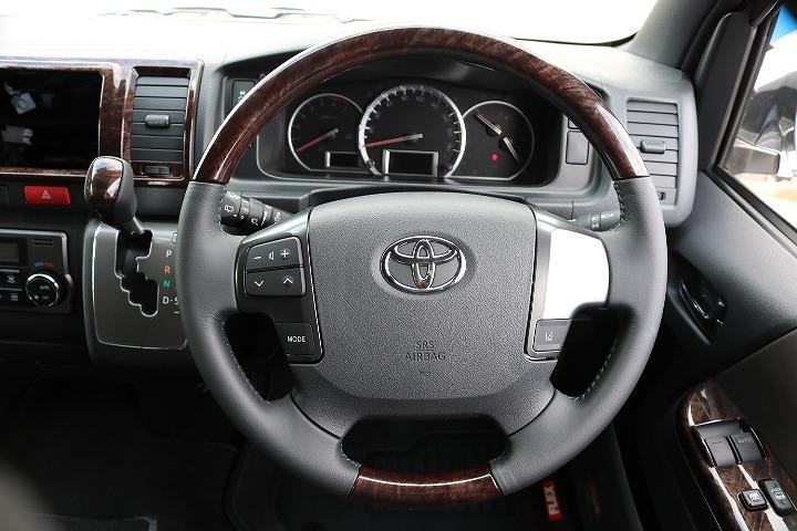 ハンドル回りも茶色です! | トヨタ ハイエースバン 2.7 スーパーGL 50THアニバーサリー リミテッド ワイド ミドルルーフ ロングボディ4WD 50TH