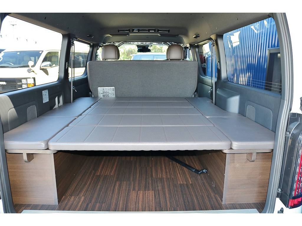 50THアニバーサリーシートカラーに合わせて内装架装を施しております!重歩行用床張り施工で趣味や仕事にも使い勝手抜群の一台です!